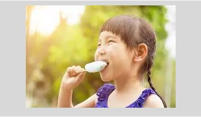 夏天吃冰棒,为什么嘴常会被粘住